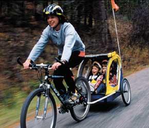 Frau unterwegs mit Fahrradanhänger
