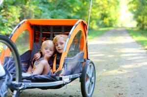 Kinder im Fahrradanhänger