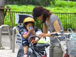 Mädchen im Fahrrad Kindersitz