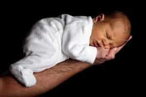 Mann hält Baby im Arm