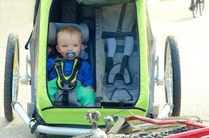 Eine Babyschale ist notwendig wenn ein Kleinkind im Fahrradanhänger sitzt